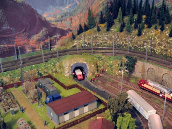 Petit tunnel routier traversant les contreforts de la montagne